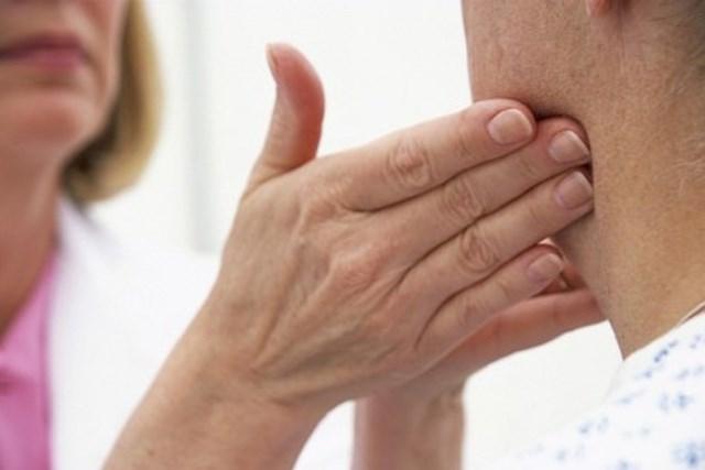 Mắc viêm amidan và bị nổi hạch ở cổ có sao không ?