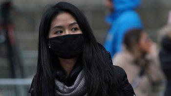 Chị Lê Trang thường xuyên đeo khẩu trang mùa đông để hạn chế viêm mũi dị ứng nặng thêm
